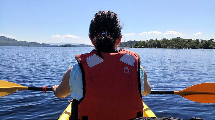 Après environ une heure à pagayer, nous apercevons l'île Inchconnachan