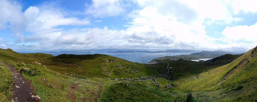 La vue magnifique sur le chemin de randonnée de The Old Man of Storr