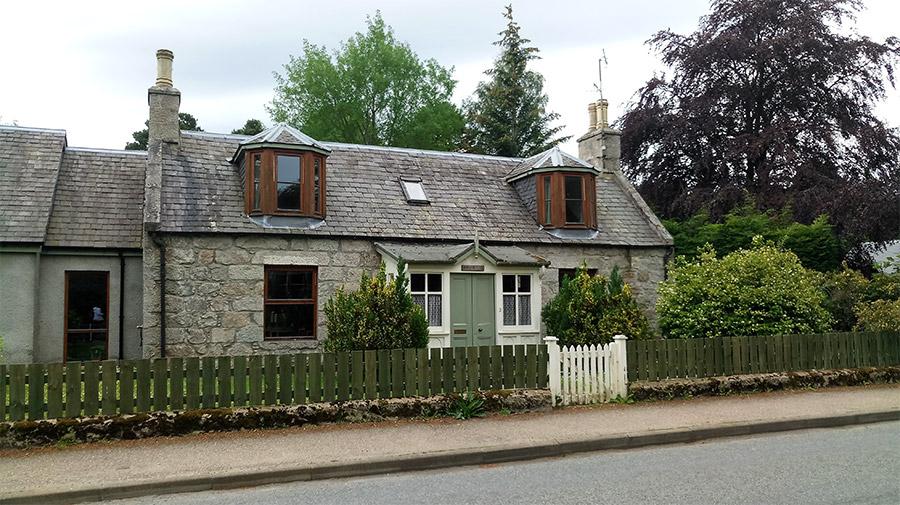 Maisons en pierre dans le village de Boat of Garten