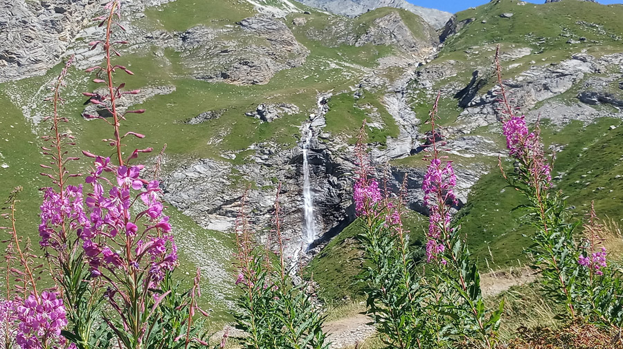 Une cascade sur le chemin qui mène au lac des vaches